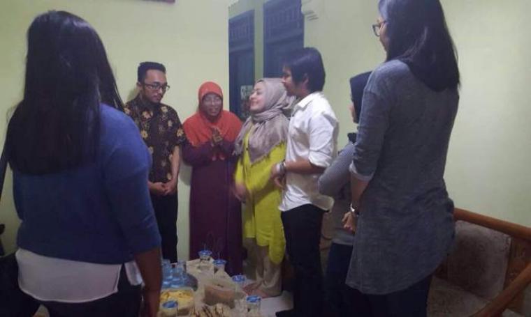 Istri Gubernur Banten, Dewi Indriati Rano saat mengunjungi rumah Restu. (Foto:TitikNOL)