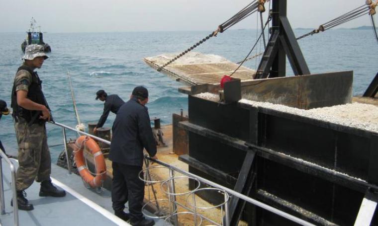 Foto ilustrasi penangkapan kapal penambang pasir. (Dok:net)