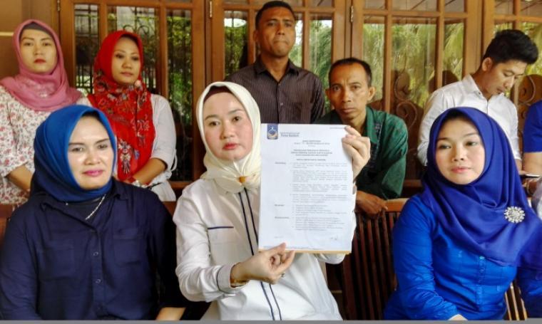 Alya Sabrawi saat menunjukan SK DPP Partai NasDem. (Foto:TitikNOL)