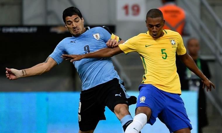 Luis Suarez saat berduel dengan Fernandinho. (Dok:net)