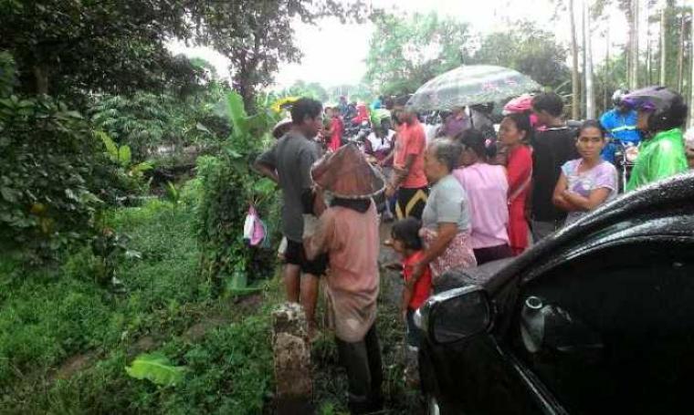 Sejumlah warga berkerumun ingin menyaksikan saat digegerkannya penemuan sesosok mayat yang tak dikenal. (Foto:TitikNOL)