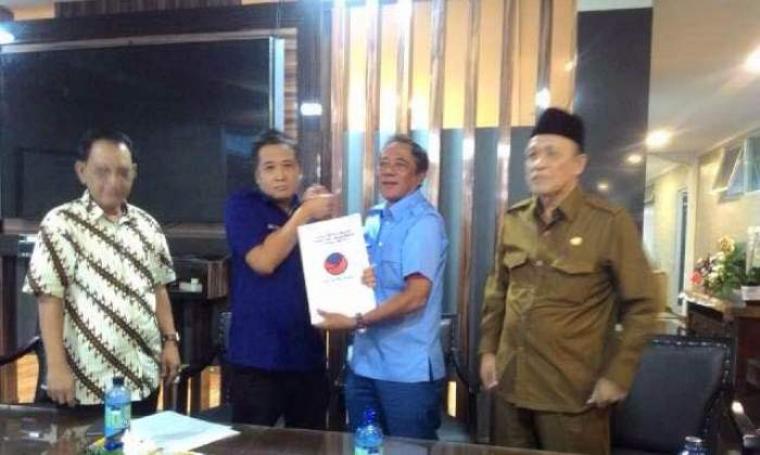 Ketua DPW Partai NasDem, Wawan Iriawan menerima formulir pendaftaran dari Mulyadi Jayabaya. (Foto:TitikNOL)