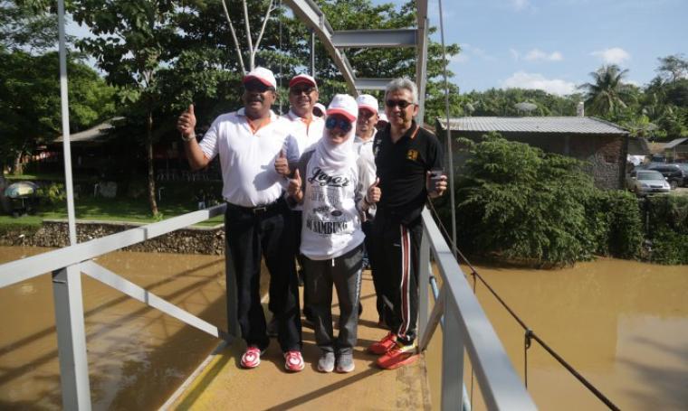 Gubernur Banten, Rano Karno ditemani Bupati Lebak, Iti Oktavia Jayabaya saat melintas di jembatan Sawarna. (Foto:TitikNOL)