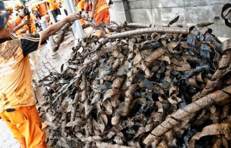 Tumpukan kulit kabel yang menyumbat di saluran air Jalan Merdeka Selatan, Jakarta Pusat. (Dok:net)