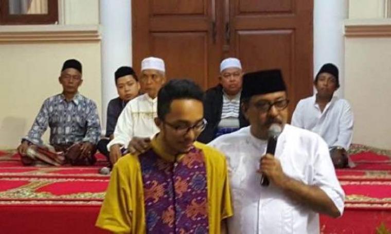Gubernur Banten, Rano Karno bersama Restu, salah satu korban kecelakaan saat usai menggelar acara pengajian. (Foto:TitikNOL)