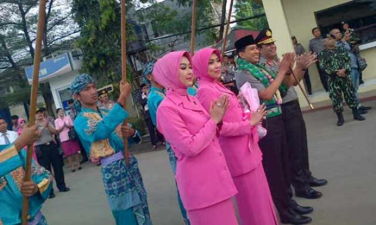 Acara pisah sambut Brigjen Pol Ahmad Dofiri yang resmi menggantikan posisi Brigjen Pol Boy Rafli Amar sebagai Kepala Kepolisian Daerah (Kapolda) Banten, di lapangan Mapolda Banten. (Foto:TitikNOL)