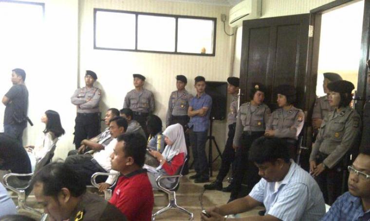 Nampak sejumlah anggota kepolisian yang berjaga dipintu masuk ruang sidang utama. (Foto:TitikNOL)