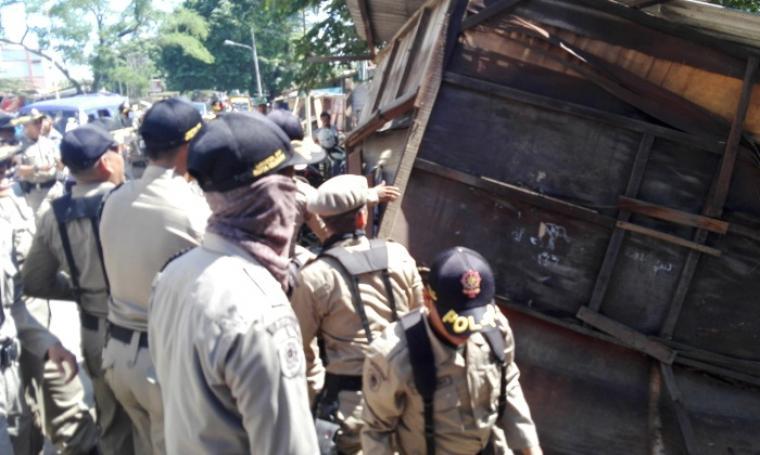 Sejumlah Satpol PP saat menertibkan bangunan Pedagang Kaki Lima. (Foto:TitikNOL)