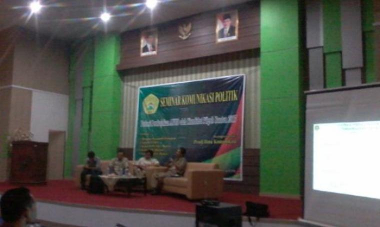 Sejumlah narasumber saat memaparkan materi dalam seminar komunikasi politik bertemakan Potensi Pembajakan APBD oleh Kandidat Pilgub Banten 2017. (Foto:TitikNOL)