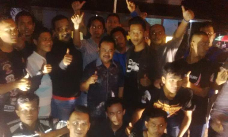 Wali Kota Serang, Tubagus Haerul Jaman saat sesi foto bersama dengan sejumlah Kelompok Penyanyi Jalanan (KPJ) Pandeglang. (Foto:TitikNOL)