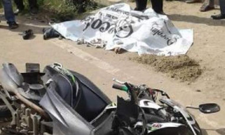 Terlihat korban terkapar tewas seketika yang ditutupi kain spanduk dan keadaan motor nampak rusak parah. (Foto:TitikNOL)
