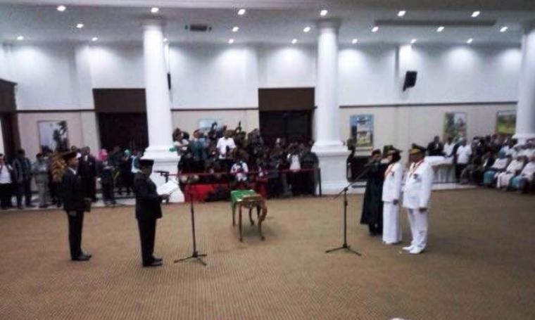 Gubernur Banten, Rano Karno saat melantik Walikota dan Wakil Walikota Tangerang Selatan terpilih Airin Rahmi Diani dan Benjamin Davnie di Pendopo Gubernur Banten. (Foto:TitikNOL)