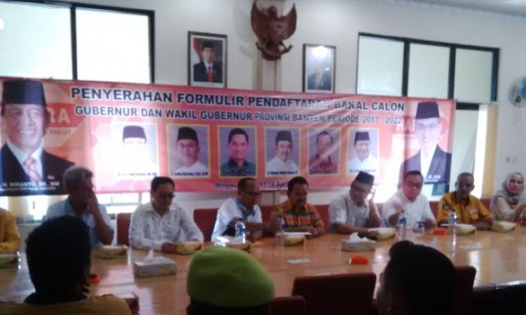Tb Haerul Jaman (tengah) saat penyerahan formulir Bakal Calon Gubernur dan Wakil Gubernur di DPD Partai Hanura Banten. (Foto:TitikNOL)