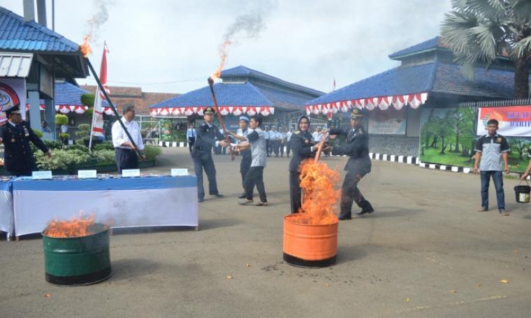 Kepala Kanwil, Kementerian Hukum dan HAM Banten saat melakukan pemusnahan sejumlah barang sitaan yang merupakan dari hasil razia di Lapas dan Rutan di Wilayah Banten. (Foto:TitikNOL)