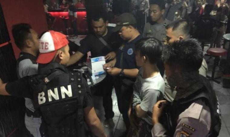 Satuan petugas BNN Provinsi Banten saat merazia tempat hiburan malam. (Foto:TitikNOL)