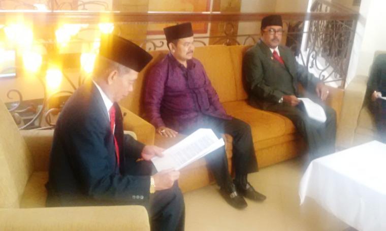 Wali Kota Serang, Tb Haerul Jaman (tengah) saat mengikuti dialog publik di salah satu stasiun televisi lokal. (Foto:TitikNOL)