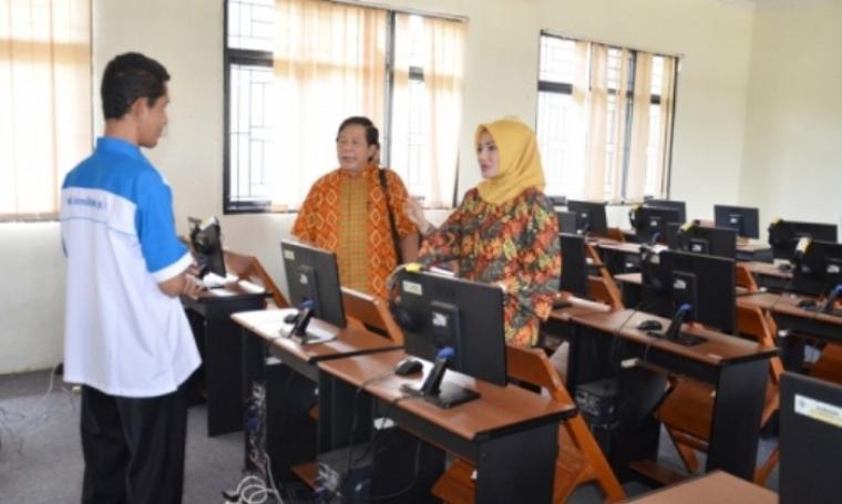 Sekretaris Komisi V DPRD Provinsi Banten, Adde Rosi Khoerunnisa, saat melakukan kunjungan lapangan ke SMKN 1 Kota Serang di Serang, Jumat (1/4/2016).