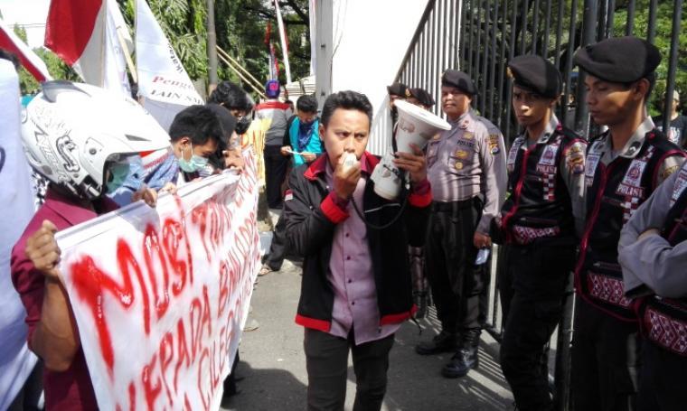 Ikatan Mahasiswa Cilegon saat menggelar aksi unjuk rasa di depan kantor DPRD Kota Cilegon. (Foto:TitikNOL)