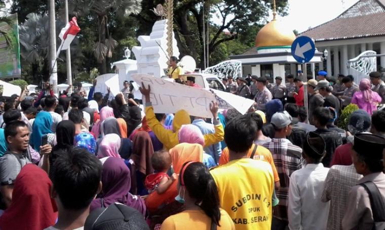 Sejumlah warga saat datangi kantor Pemerintahan Kabupaten Serang. (Foto:TitikNOL)
