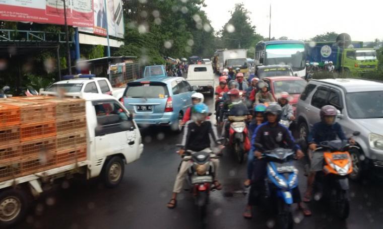 Kondisi kemacetan yang terjadi di persimpangan Pintu Tol Serang Timur. (Foto:TitikNOL)