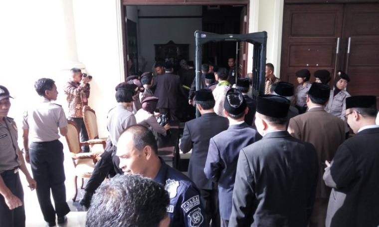 Petugas Kepolisian dan sejumlah TNI serta Satpol PP mengawal ketat proses pelantikan Walikota dan Wakil Walikota Tangerang Selatan di Pendopo Gubernur Banten. (Foto:TitikNOL)
