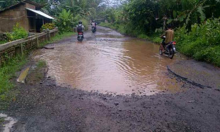 Kondisi jalan Palima - Pasar Teneng alami kerusakan parah. (Foto:TitikNOL)