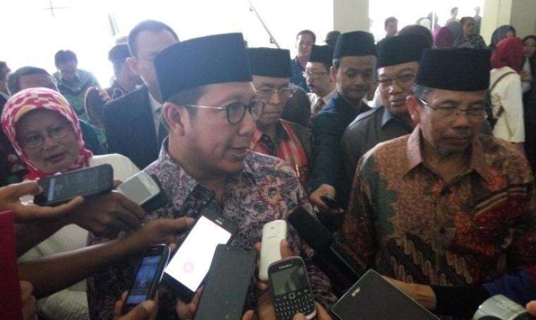 Menteri Agama, Lukman Hakim saat dimintai keterangan oleh wartawan di gedung IAIN. (Foto:TitikNOL)
