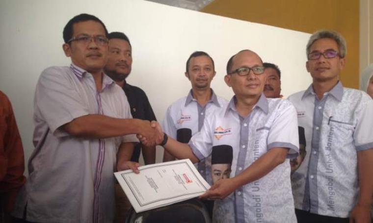 Tim inti Tb Haerul Jaman saat mengambil formulir pendaftaran bakal Cagub dan Cawagub di DPD Hanura. (Foto:TitikNOL)