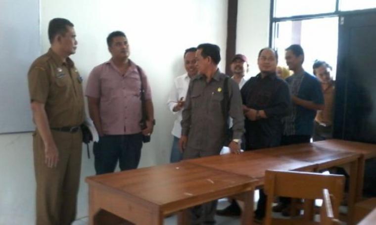 Tim Panitia Khusus Laporan Keterangan Pertanggung jawaban saat mendatangi salah satu sekolah di Kota Serang. (Foto:TitikNOL)