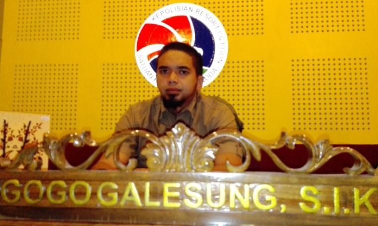 Kasat Narkoba Polres Cilegon, AKP Gogo Galesung saat dimintai keterangan oleh wartawan. (Foto:TitikNOL)