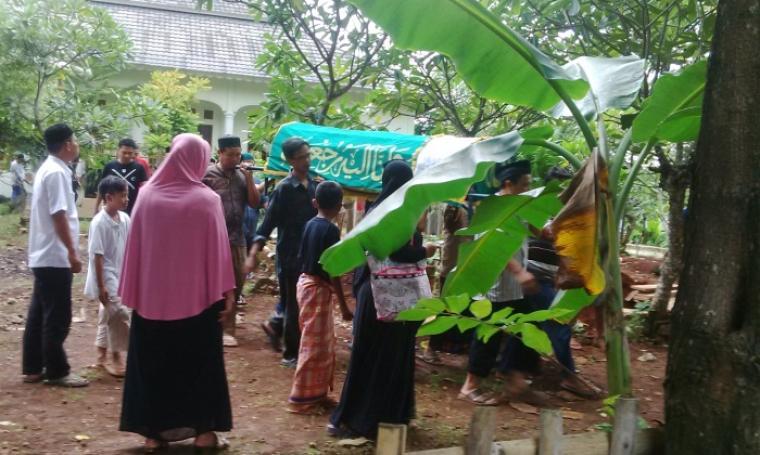 Sejumlah keluarga dan kerabat korban saat mengantarkan ke tempat penguburan. (Foto:TitikNOL)