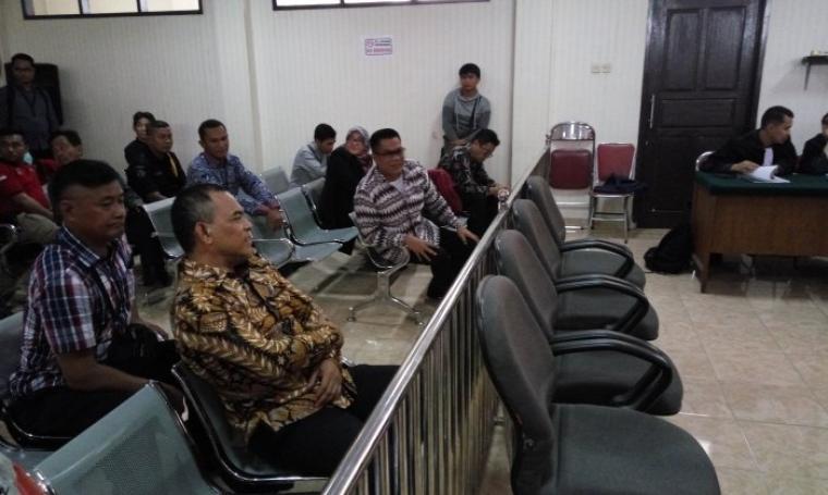 Mantan Anggota DPRD Banten SM Hartono dan Tri Satya saat menjalani sidang di Pengadilan Negeri Serang. (Foto:TitikNOL)