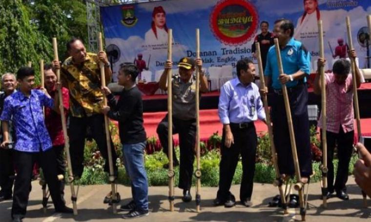 Walikota Cilegon, Edi Ariadi bersama para Pejabat Kota Cilegon saat mencoba bermain Enggrang di acara festival budaya lomba tradisional anak. (Foto:TitikNOL)