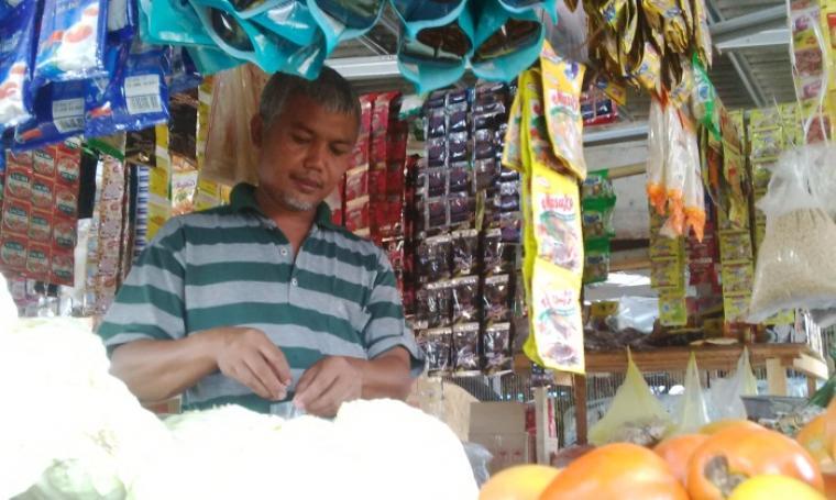 Salah seorang pedagang di Pasar Induk Rau Kota Serang, saat berada di tempat jualannya. (Foto:TitikNOL)