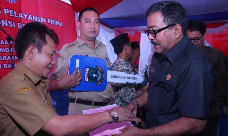 Gubernur Banten, Rano Karno saat menyerahkan bantuan unit mobil kepada UPT Samsat Balaraja, Kabupaten Tangerang. (Foto:TitikNOL)