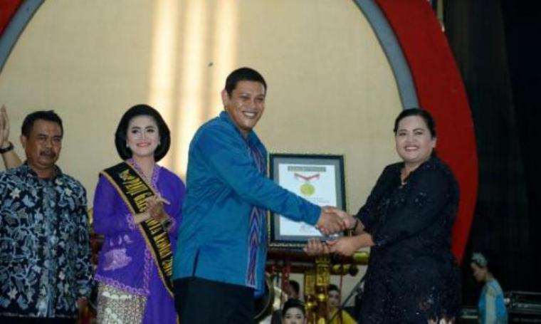Wali Kota Kediri, Abdullah Abu Bakar saat menerima piagam penghargaan rekor MURI dari Eksekutif Manajer MURI, Sri Widayati. (Dok:net)