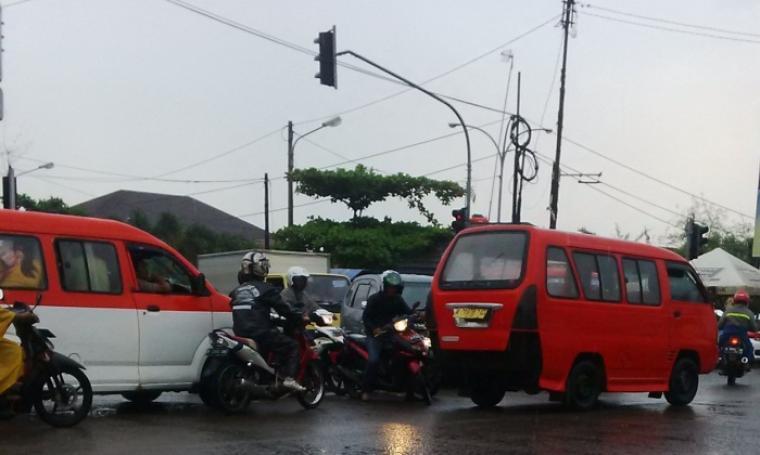 Kondisi perempatan lampu merah Pasar Ciruas. (Foto:TitikNOL)