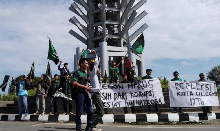 Sejumlah mahasiswa yang tergabung dalam Himpunan Mahasiswa Islam (HMI) saat menggelar aksi unjuk rasa di simpang tiga Kota Cilegon. (Foto:TitikNOL)