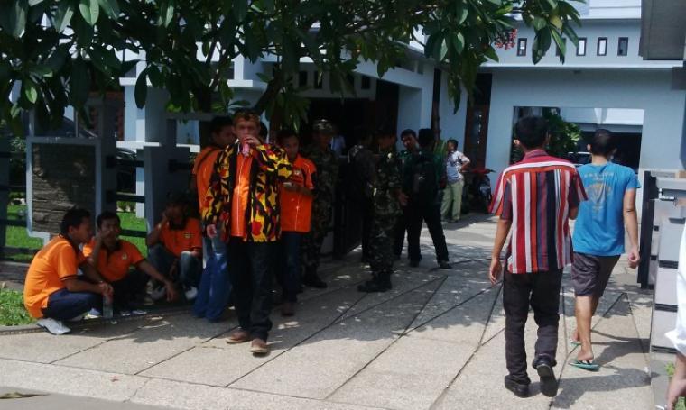 Sejumlah ormas yang bersiap mengiringi Tb Haerul Jaman untuk pengembalian formulir. (Foto:TitikNOL)