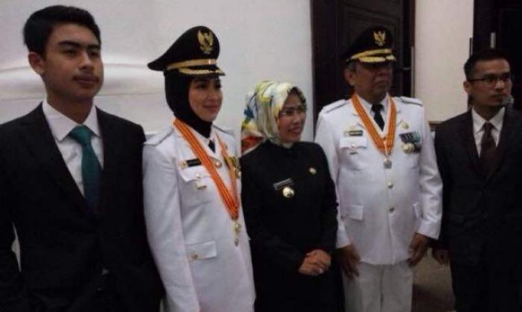 Walikota dan Wakil Walikota Tangerang Selatan terpilih, Airin Rahmi Diani dan Benjamin Davnie saat foto bersama Bupati Serang, Ratu Tatu Casanah ditemani Suami dan Anaknya di pendopo Gubernur Banten.