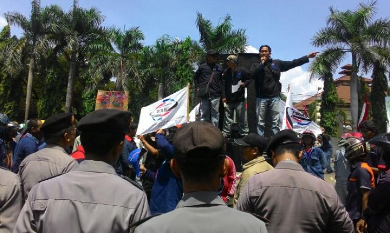Ribuan buruh yang tergabung dalam Serikat Buruh Krakatau Steel saat melakukan aksi unjuk rasa di depan Kantor Walikota Cilegon. (Foto:TitikNOL)