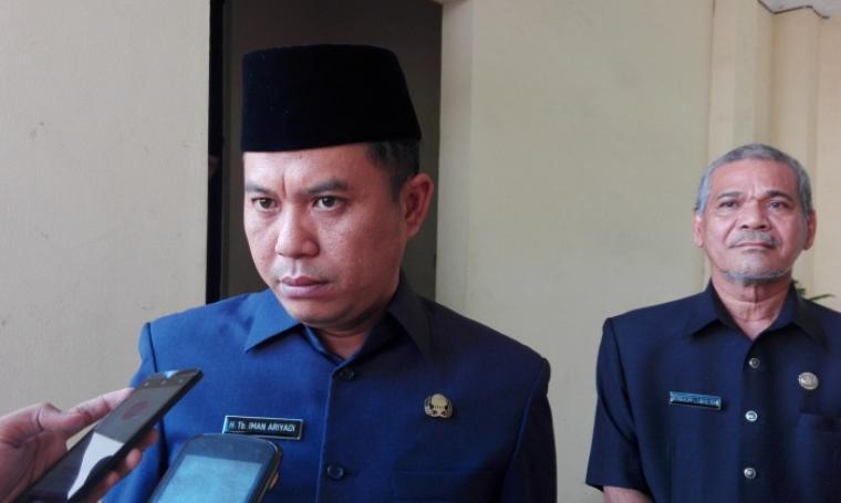 Wali Kota Cilegon, Tb Iman Ariadi saat di wawancara wartawan. (Foto:TitikNOL)