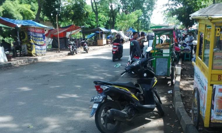 Sejumlah pedagang nampak memadati poros jalan yang ada di sekitar Stadion Maulana Yusuf, Ciceri, Kota Serang. (Foto:TitikNOL)