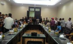 Sejumlah Warga Desa Sukarena, Kecamatan Ciomas, Kabupaten Serang saat berada di Kantor Dinas Penanaman Modal dan Pelayanan Terpadu Satu Pintu (DPMPTSP). (Foto: TitikNOL)