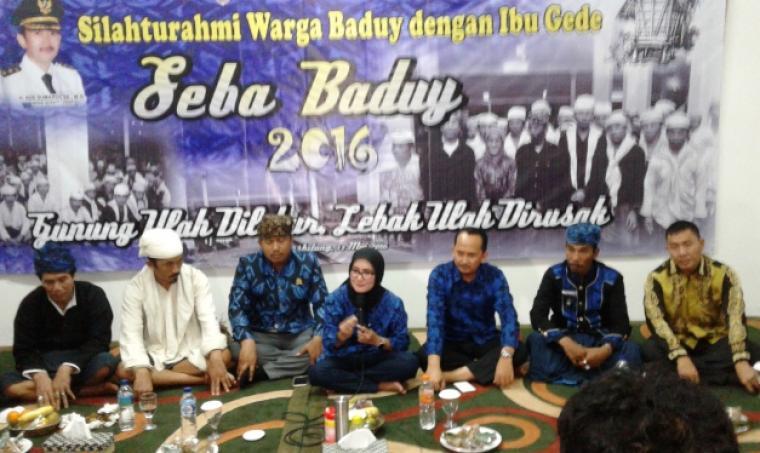 Bupati Lebak, Iti Octavia Jayabaya didampingi Wakil Bupati Lebak Ade Sumardi dan penjabat Lebak, saat menggelar jumpa pers disela acara Seba Baduy di Pendopo Bupati Lebak. (Foto:TitikNOL)