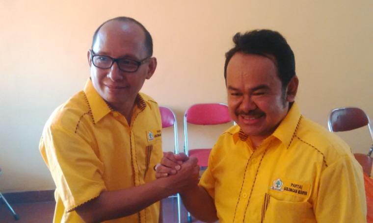 Plt Ketua DPD II Golkar Kota Serang, Tb Haerul Jaman saat bersalaman dengan Sekretaris DPD II Golkar Kota Serang, Ihkwan Subhi usai menggelar jumpa pers. (Foto:TitikNOL)