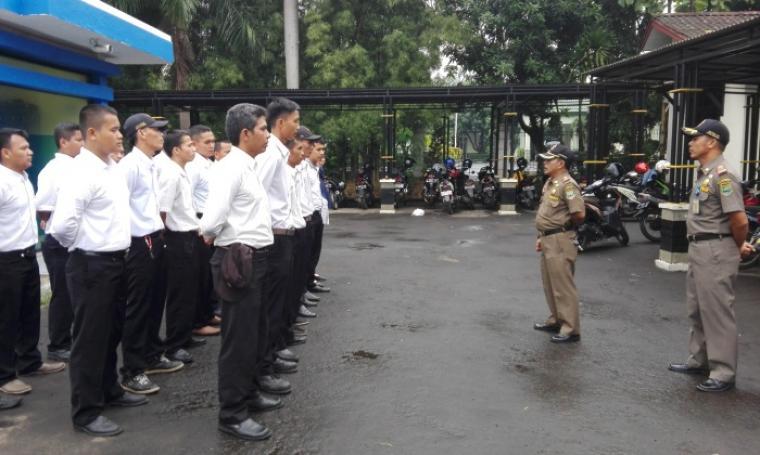 Kasie Trantib Satpol PP Kota Cilegon, Endang Sudrajat saat memberikan pengarahan kepada anggota Linmas. (Foto:TitikNOL)