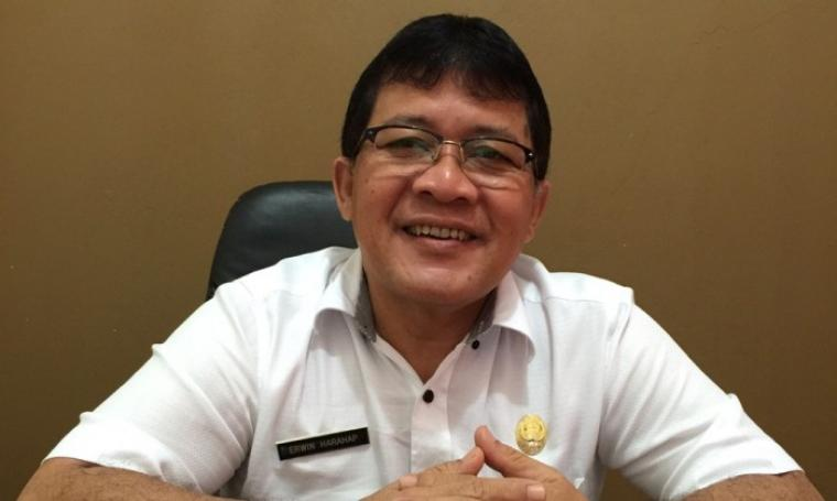 Kepala Dinas Tenaga Kerja Kota Cilegon, Erwin Harahap, saat ditemui di ruang kerjanya. (Foto:TitikNOL)