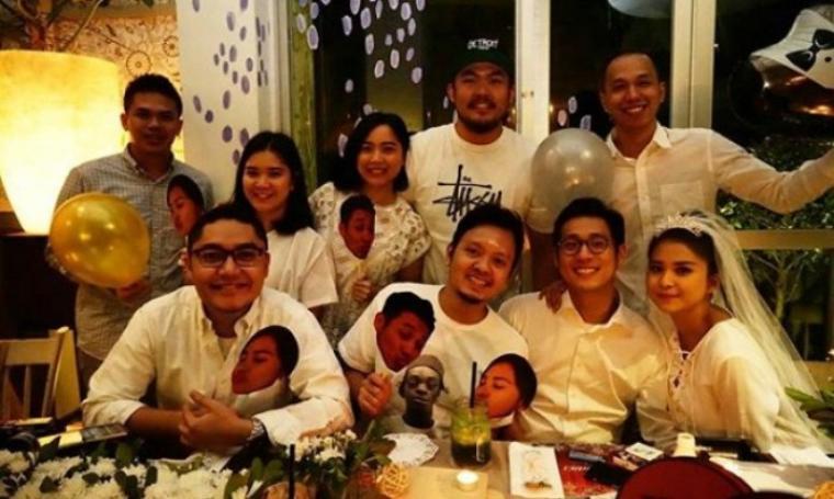 Putri Titian dan Junior Liem beserta sahabat-sahabatnya saat gelar pesta lajang. (Dok:net)