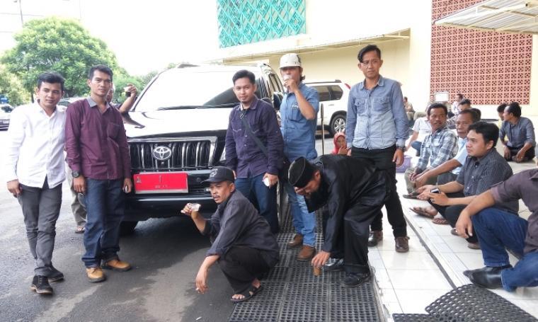 Sejumlah pengusaha MCK menyita mobil dinas Gubernur Banten sebagai usaha untuk bertemu langsung dengan pimpinan Pemprov Banten. (Foto:TitikNOL)